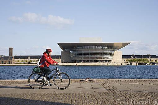 Paseo maritimo y en frente el edificio de la Opera en la zona de Christianshavn. Inaugurado en 2005. Arquitectos Henning Larsen. Ciudad de COPENHAGUE. Dinamarca - Denmark