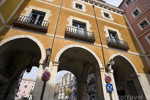 Fachada del Ayuntamiento (barroco, 1762), detras la plaza Mayor y la catedral. CUENCA. Ciudad Patrimonio de la Humanidad. Castilla La Mancha. España