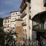 """Calle Armas, antigua torre de la muralla y edificios llamados """"los rascacielos"""". CUENCA. Ciudad Patrimonio de la Humanidad. Castilla La Mancha. España"""