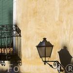 Detalle de un farolillo en la fachada de un edificio junto a la plaza Mayor. CUENCA. Ciudad Patrimonio de la Humanidad. Castilla La Mancha. España