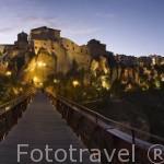 Vista nocturna de la ciudad de CUENCA y su puente de San Pablo. Ciudad Patrimonio de la Humanidad. Castilla La Mancha. España