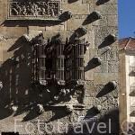 Ventana y conchas en la fachada de la Casa de las Conchas, Arquitectura gótica civil española .S.XV - XVI. SALAMANCA. Ciudad Patrimonio de la Humanidad, UNESCO. Castilla y León. España