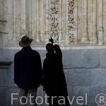 Turistas buscando al astronauta en la fachada de Ramos, catedral Nueva. SALAMANCA. Ciudad Patrimonio de la Humanidad, UNESCO. Castilla y León. España