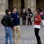 Jovenes en la plaza Mayor de estilo barroco. S.XVIII. SALAMANCA. Ciudad Patrimonio de la Humanidad, UNESCO. Castilla y León. España