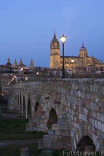 Puente romano sobre el río Tormes, forma parte de la Via de la Plata. Al fondo la catedral Vieja y Nueva. SALAMANCA. Ciudad Patrimonio de la Humanidad, UNESCO. Castilla y León. España