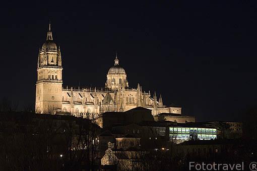 La catedral Vieja y Nueva y debajo la Casa Lis al anochecer. SALAMANCA. Ciudad Patrimonio de la Humanidad, UNESCO. Castilla y León. España