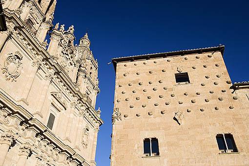 Torres de la iglesia de la Clerecia y la Casa de las Conchas. SALAMANCA. Ciudad Patrimonio de la Humanidad, UNESCO. Castilla y León. España