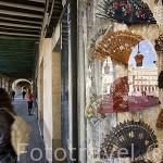 Abanicos en una tienda y reflejo sobre la plaza Mayor. SALAMANCA. Ciudad Patrimonio de la Humanidad, UNESCO. Castilla y León. España