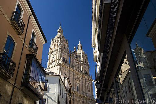 Torres de la iglesia de la Clerecia y Universidad Pontificia desde la calle Palominos. SALAMANCA. Ciudad Patrimonio de la Humanidad, UNESCO. Castilla y León. España