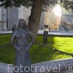 Figuras y jardin junto a la iglesia parroquial de San Miguel Arcangel. Población de PEÑARANDA DE BRACAMONTE. Comarca de La Armuña. Provincia de Salamanca. España. Spain