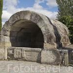 Fuente romana. Base tiene estela de granito con figura femenina yacente (s.XII-IV). CALZADA DE VALDUNCIEL. Via de La Plata. Comarca de La Armuña. Provincia de Salamanca. España. Spain
