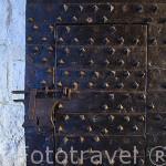 Detalle de una puerta de época reforzada con metal. Castillo del Buen Amor, (hotel- posada), cerca de la población de TOPAS. Comarca de La Armuña. Provincia de Salamanca. España. Spain