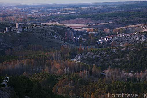 La población de Ucero y su castillo en la entrada al parque natural del Cañon del rio Lobos. Soria. España