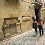 Calle Escrivanies velles y la Escuela de Ingenieros y aras romanas con inscripciones en hebreo.TARRAGONA. Ciudad Patrimonio de la UNESCO. España