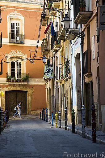 Pibotes coloridos en la calle/ Carrer de Comte. TARRAGONA. Ciudad Patrimonio de la UNESCO. España