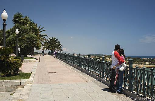 Pareja en el Balco del Mediterrani. TARRAGONA. Ciudad Patrimonio de la UNESCO. Mediterraneo. España