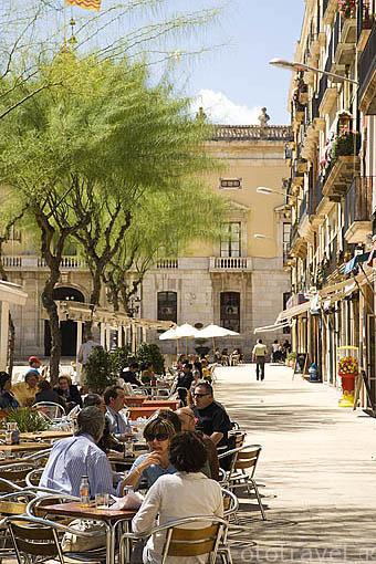 Terrazas en la Plaza de la Font y al fondo el Ayuntamiento. TARRAGONA. Ciudad Patrimonio de la UNESCO. España