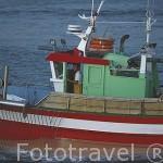 Barco pesquero saliendo del puerto de VIGO. Galicia. España