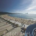Una chica disfrutando del tobogan en la playa de Samil. Frente a la ria de VIGO. Galicia. España