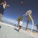 Dos chicos jugando al baloncesto junto a la playa de Samil. Frente a la ria de VIGO. Galicia. España