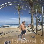Chico duchandose antes de entrar en la piscina para niños junto a la playa de Samil. Ria de VIGO. Galicia. España