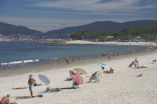 Disfrutando de un dia se sol en la playa de Samil. Frente a la ria de VIGO. Galicia. España