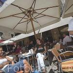 T. Alvarez y C. Martinez tomando un aperitivo en una terraza junto a la Puerta del Sol. Ciudad de VIGO. Galicia. España