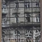 Reflejos sobre los cristales de un moderno edificio en la plaza Puerta del Sol. Ciudad de VIGO. Galicia. España