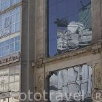 Reflejos sobre los cristales de un moderno edificio comercial en la calle Policarpo Sanz. Ciudad de VIGO. Galicia. España