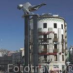 """Escultura del """"Sireno"""" (1991, por Francisco Leiro) en la plaza Puerta del Sol. Detras (derecha) la calle peatonal Principe y calle Policarpo Sanz (izquierda). Ciudad de VIGO. Galicia. España"""