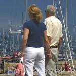 Una pareja junto al puerto deportivo. VIGO. Galicia. España