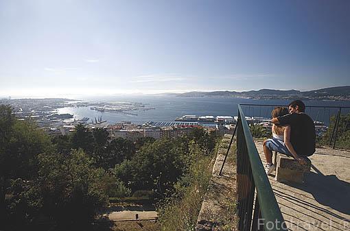 Pareja junto al mirador de los jardines Do Castro, en lo alto de la fortaleza. Ciudad de VIGO. Galicia. España