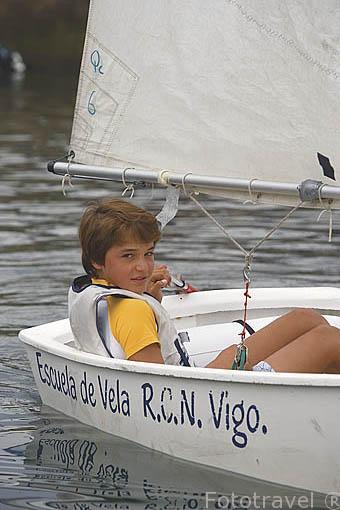 Un joven mejorando su tecnica en una embarcacion de vela. Escuela de vela, junto al puerto deportivo de VIGO. Galicia. España