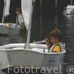 Jovenes mejorando su tecnica en una embarcacion de vela. Escuela de vela, junto al puerto deportivo de VIGO. Galicia. España