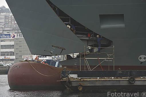 Dando los ultimos retoques en la proa de un barco. Astilleros de la ciudad de VIGO. Galicia. España