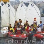 Jovenes reunidos con sus embarcaciones de vela para tomar un aperitivo y recibir instrucciones de los monitores cerca del puerto de la ciudad de VIGO. Galicia. España