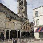 Plaza y torre de la iglesia de Saint Leger, de estilo gotico. Ciudad de COGNAC. Francia