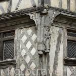 """Detalle en la fachada. Casa """"Maison de la Lieutenance"""" s.XVI. Antigua libreria. Ciudad de COGNAC. Francia"""