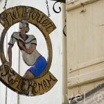 """Cartel de tienda """"Pret a Porter"""". Calle comercial Angulema en el centro de la ciudad de COGNAC. Francia"""