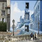 """Comic """"La fille des remparts"""" por Max Cabanes en la fachada de un edificio junto a las murallas de la ciudad de ANGOULEME / ANGULEMA. Francia"""