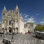 Fachada y torre de la catedral de estiloromanico de San Pedro. ANGOULEME / ANGULEMA. Francia