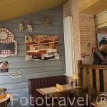 Interior del restaurante Cabana Cafe. Ciudad de ANGOULEME / ANGULEMA. Francia