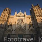 La fachada de la catedral de Saint Pierre (iniciada a finales de s.XII, estilo gotico) en la ciudad de POITIERS. Francia