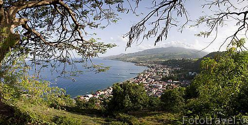 Vista de la ciudad de ST-PIERRE, al fondo, derecha, la montaña Pelee. Isla de Martinica. Francia. Caribe