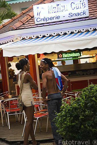 Terrazas y bares en Pointe du Bout. Sur oeste de la isla de MARTINICA. Francia. Caribe