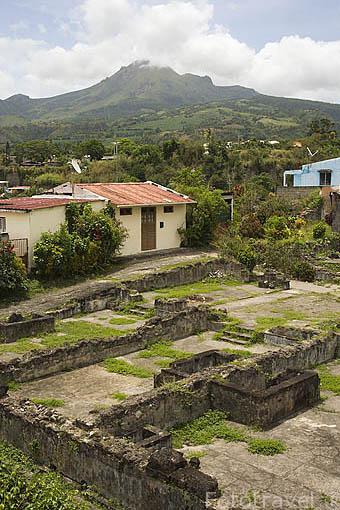 Restos del teatro, despues de la erupción de la montaña Pelee, al fondo, en 1902. ST-PIERRE. Isla de MARTINICA. Francia. Caribe
