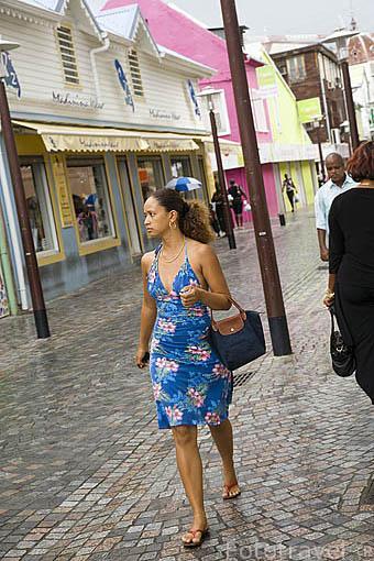 Una mujer. Calle peatonal y comercial de La Republique. Ciudad de FORT DE FRANCE. Isla de Martinica. Francia. Caribe