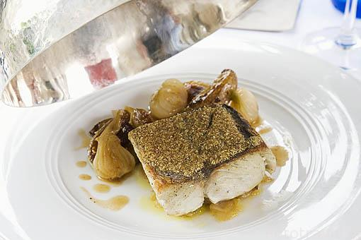 """Pescado Tazard con mandioca especiada y patatas tostadas con granos de sesamo. Hotel restaurante gastronomico """"Plein Soleil"""", cerca de LE FRANCOIS. Isla de Martinica. Francia. Caribe"""