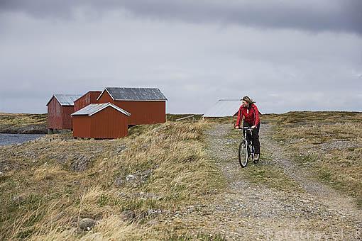 Ciclista paseando por la isla de VEGA. Patrimonio de la Unesco. Noruega
