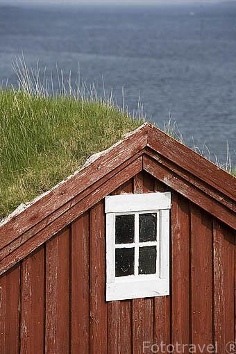 Tejado y ventana. Casas de madera en la isla de SKJERVAER. Archipielago de las islas Vega. Patrimonio de la Unesco. Noruega